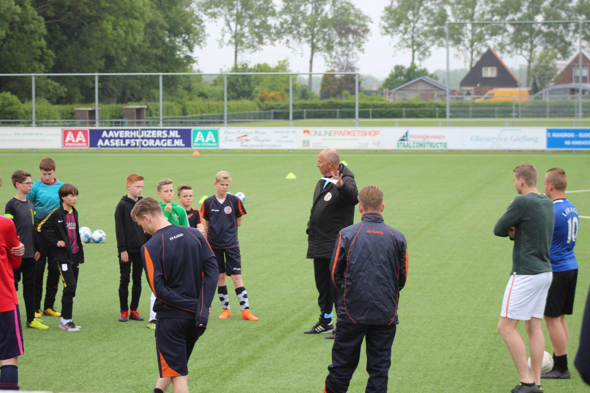 Selectie geeft training aan jeugdteams (Fotoreportage)