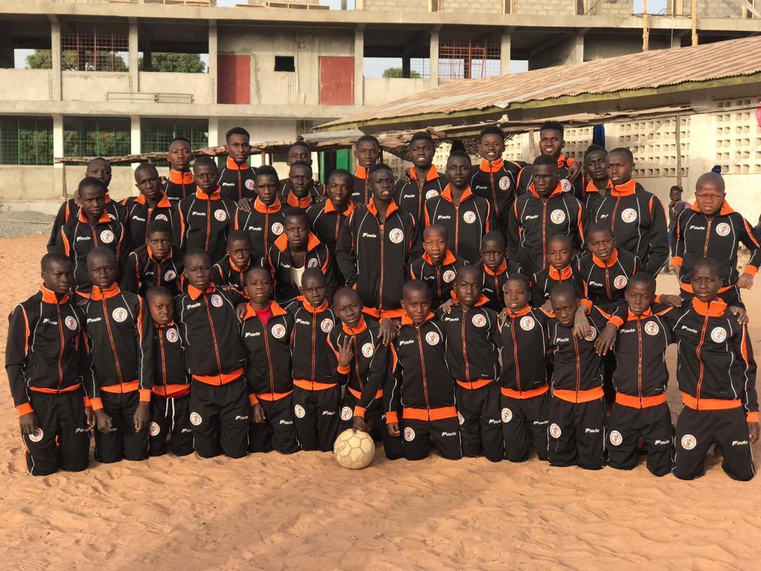 v.v. Kagia doneert kleding aan Holland Gambian Foundation